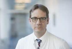 Zusammen mit weiteren ärztlichen Kollegen wird Prof. Dr. Sebastian Stehr, Direktor der Klinik und Poliklinik für Anästhesiologie und Intensivmedizin, über die Betreuung von Patienten am Ende ihres Lebens diskutieren. Foto: Stefan Straube / UKL
