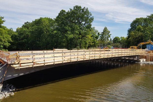 Neue Plagwitzer Brücke: Alle Brückenteile sind montiert. Foto: Marko Hofmann
