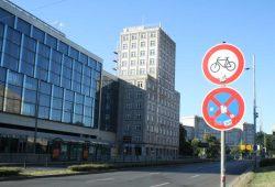 Noch hängen die Schilder am Ring: Radfahren verboten. Foto: Ralf Julke