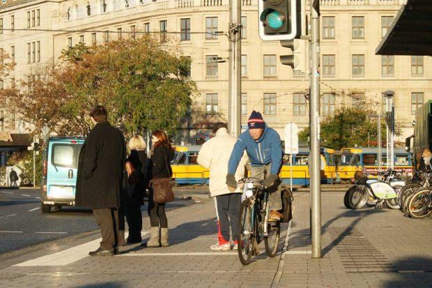 Der Radweg vor dem Haupbahnhof. Foto: Ralf Julke