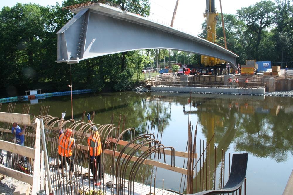 Das erste Teil der Plagwitzer Brücke wird eingehoben. Foto: Ralf Julke