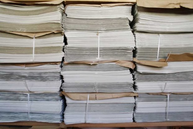 Seit 2015: Auch Zeitung aus Papier. Foto: Ralf Julke