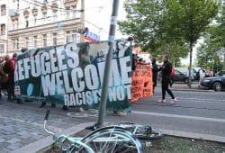 """Etwa 500 Demonstranten rufen am Tag danach: """"Wir sind hier, wir sind laut, weil ihr uns die Nachbarn klaut."""" © Michael Freitag"""