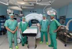 Dr. Jörg Böhme (Chefarzt der Klinik für Unfallchirurgie und Orthopädie), Dr. Iris Minde (Geschäftsführerin des Klinikums), Dr. Oliver Sorge (Chefarzt der Klinik für Neurochirurgie) und Prof. Dr. Thomas Kremer (Chefarzt der Klinik für Plastische und Handchirurgie) vor dem O-Arm, Foto: Olaf Knorr, Klinikum St. Georg_