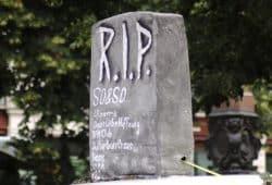 Eine kleine Liste der gestorbenen Clubs in leipzig fuhr als Grabstein auf der GSO 2019 mit. Foto: L-IZ.de