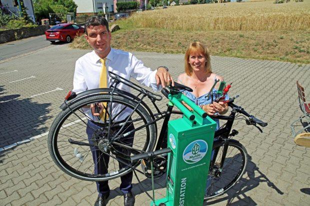 Henry Graichen und Sandra Brandt nehmen die erste Fahrrad-Selbsthilfewerkstatt in Betrieb, Foto: LTM
