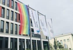 Bereits die ganze Woche weht die Regenbogenfahne, das Symbol der internationalen queeren Bewegung gut sichtbar in der Liebigstraße. Damit unterstützt das UKL den Christopher-Street-Day (CSD) und setzt ein Zeichen der Akzeptanz, Offenheit und gesellschaftlichen Vielfalt. Foto: Verena Kämpgen / UKL