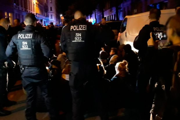 Erst kam es zu einer friedlichen Sitzblockade, am Ende gab es Jagszenen auf der Eisenbahnstraße. Foto: L-IZ.de