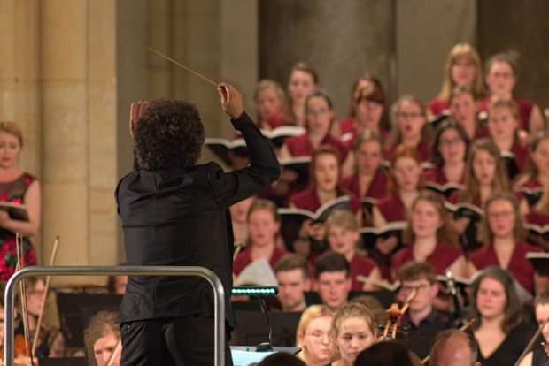 Dirigent Frédéric Tschumi und der Leipziger Universitätschor. Foto: Alexander Böhm