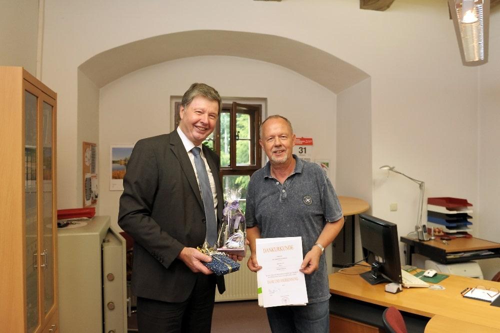 Dr. Eckhard Rexroth (l.), 1. Beigeordneter des Landkreises Nordsachsen, bedankt sich am letzen Amtstag bei Naundorfs Bürgermeister Michael Reinhardt für die gute und zielstrebige Zusammenarbeit in den vergangenen 25 Jahren. Quelle: Landratsamt Nordsachsen
