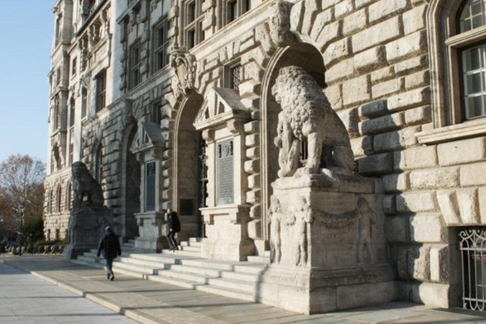 Eingang zum Neuen Rathaus. Foto: Ralf Julke