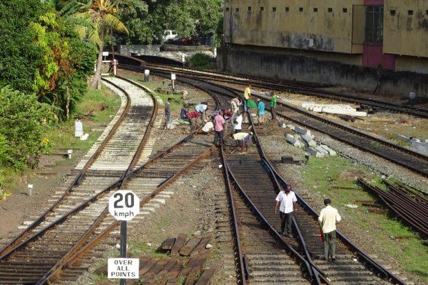 Gleisbauarbeiter auf der Fahrt an den Rand des Sri Lanker Hochlands. Foto: Sascha Bethe
