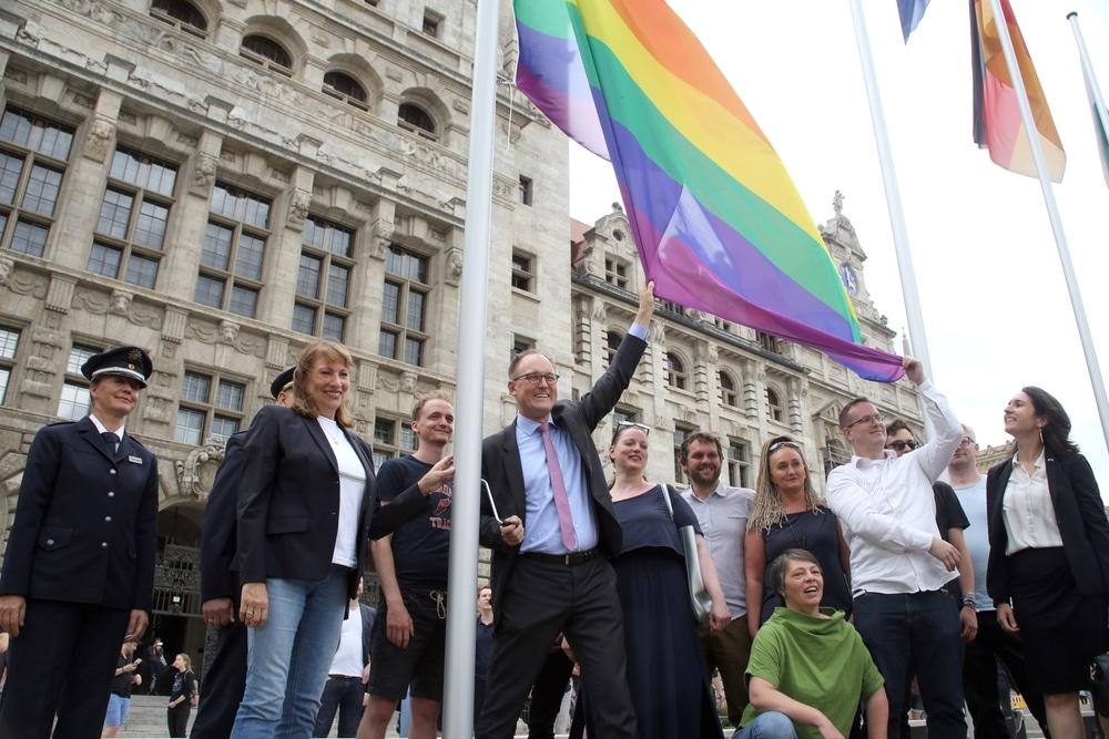 Mit dem Hissen der Regenbogenfahne am Neuen Rathaus wird die CSD-Woche eröffnet. Foto: Alexander Böhm