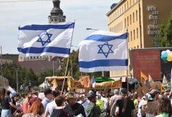 Israelflaggen auf der Unteilbar-Demonstration. Foto: Alexander Böhm