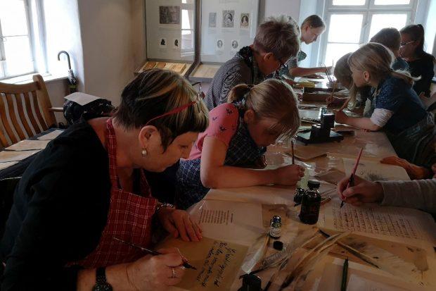 Kalligraphie-Atelier im Schillerhaus. Foto: SGM