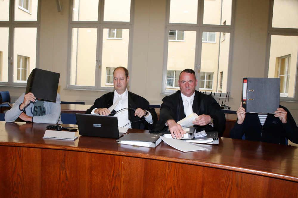 Eric B., Rechtsanwalt Steffen Hauffe, Rechtsanwalt Carsten Schäfer, Ricky B. (v.l.). Foto: Martin Schöler