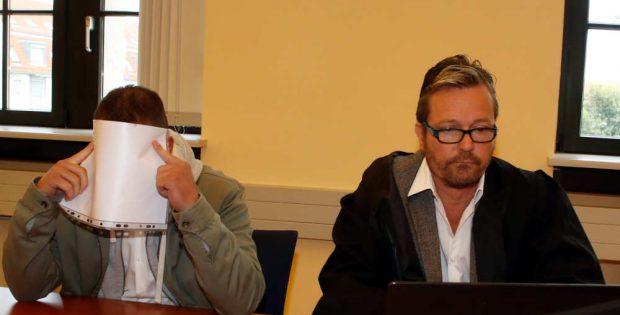 Robin P. und Verteidiger Peter Fricke vor dem Amtsgericht. Foto: Martin Schöler