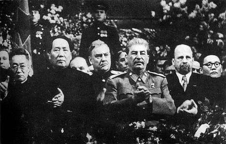 Mao, Bulganin, Stalin, Ulbricht und Tsedenbal 1949 zum 71. Geburtstag Stalins in Moskau versammelt. Foto: wiki, Gemeinfrei