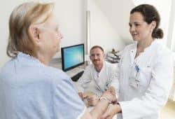 Oberärztin Dr. Anna-Theresa Seitz (re.) und Dr. Johannes Kohlmann (Mi.) von der UKL-Hautklinik starten demnächst die weltweit erste Studie, die zeigen soll, ob eine spezielle Diät Einfluss auf den Behandlungserfolg bei Schuppenflechte nehmen kann. Foto: Marcus Karsten / UKL