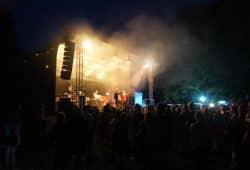 """Parkfest-Bühne bei BEATZ IM BLOCK (findet immer Freitag zum Parkfest statt). Quelle: Soziokulturelles Zentrum """"KOMM-Haus"""""""