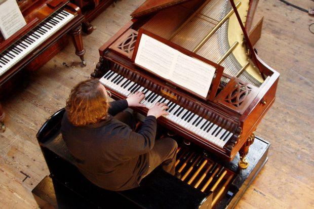 Orgelakademie-Leiter Prof. Martin Schmeding am Pedalflügel nach Pleyel, Foto: privat