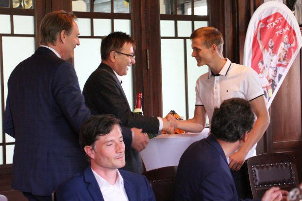 Radsportler Felix Groß bei der Ehrung durch SC DHfK-Präsident Bernd Merbitz und Leipzigs Oberbürgermeister Burkard Jung. Quelle: SC DHfK Leipzig