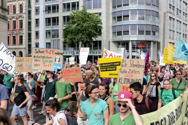 Schilderwald für den Klimaschutlz. Foto: Alexander Böhm