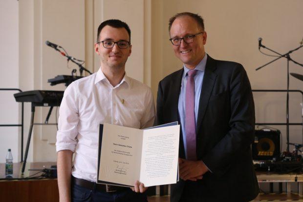 Sebastian Thiele erhält für sein Engagement die Goldene Ehrennadel der Stadt Leipzig. Foto: Alexander Böhm