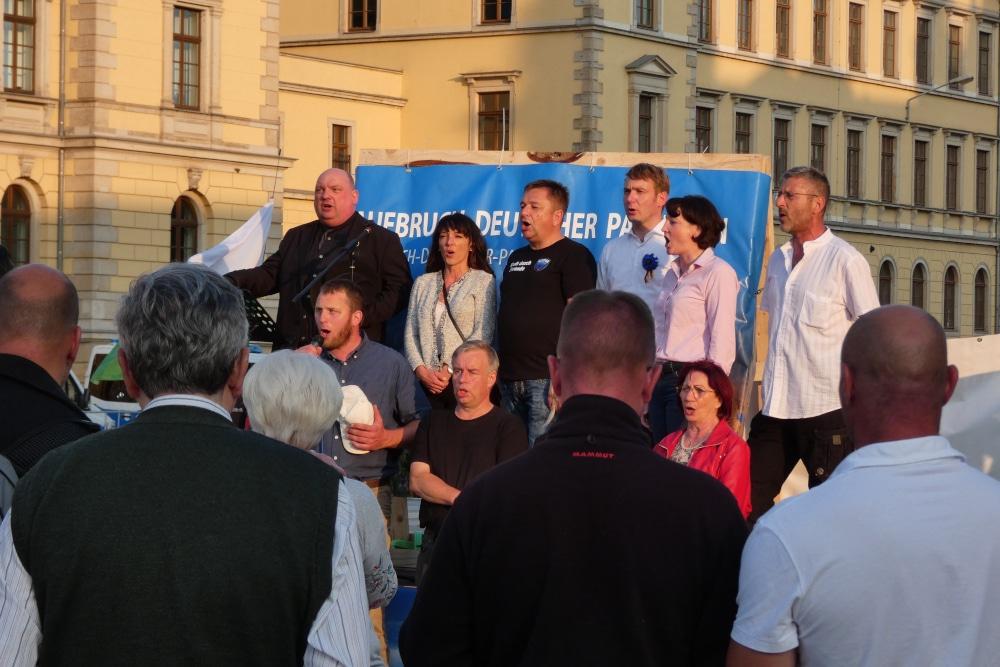 Ergriffen sangen die Teilnehmenden eine Strophe der Nationalhymne zum Schluss. Oben links: Rechtsanwalt Jens Lorek, bekannt durch Pegida, 3. v.l. stellvertretender ADPM-Vorsitzender Egbert Ermer, rechts daneben Poggenburg. Foto: L-IZ.de