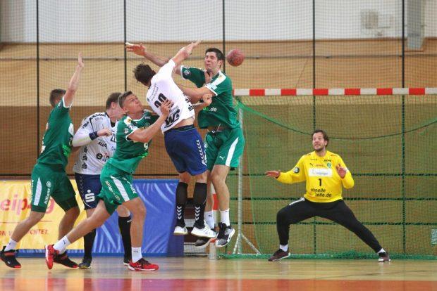 Die beiden Leipziger Julius Meyer-Siebert (links) und Marko Mamic (rechts) versuchen, Adrian Kammlodt (Aue) am Wurf zu hindern. Foto: Jan Kaefer