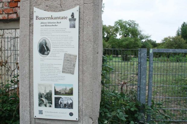 Nur noch das Schild am Tor verweist auf den Aufführungsort von Bachs Bauernkantate. Foto: Ralf Julke
