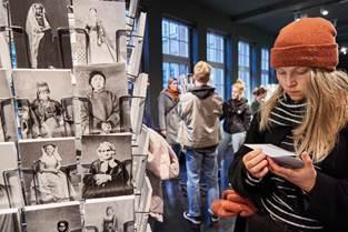 """Blick in die Ausstellung """"Woman to Go"""", Foto: Tom Dachs"""