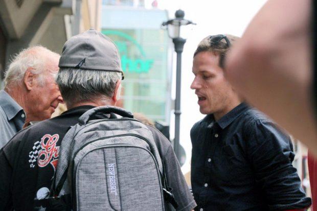 Jürgen Kasek im Gespräch mit Passanten. Foto: L-IZ.de