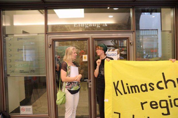 Stadträtin Katharina Krefft (Grüne) mit vertretern von Leipzig kohlefrei im Gespräch vor der Sitzung. Foto: L-IZ.de