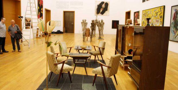 """Blick in die Ausstellung mit einer Variante von Via Lewandowskys """"Berliner Zimmer"""". Foto: Ralf Julke"""
