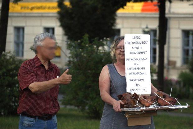 Mit toten Schweinen gegen interkulturelle Verständigung - 2016 noch bekannt bei Legida auf dem Richard-Wagner-Platz, nun im Netz-Wahlkampf 2019. Foto: L-IZ.de (Archiv)