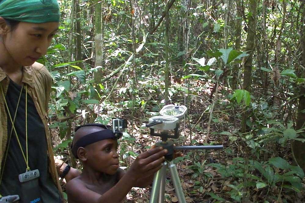Ein 8,5 Jahre alter Mbendjele Junge zeigt in die Richtung, in der sich eine bekannte Nahrungsquelle befindet. Foto: Karline Janmaat