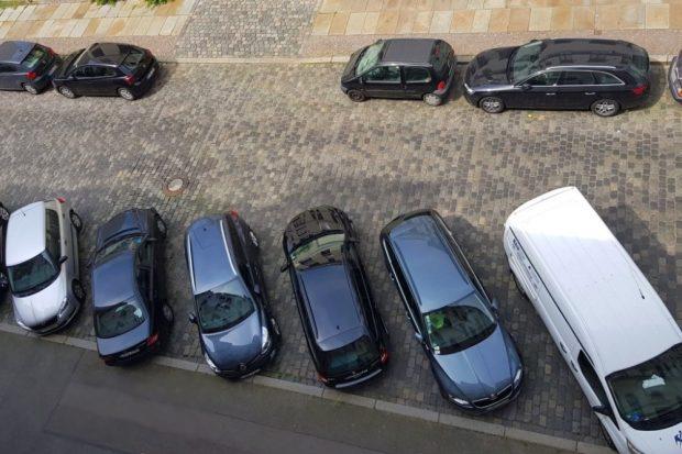 Blick von oben auf die Parksituation. Foto: Karli.blog/Alexander Laboda