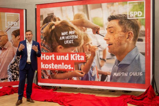 """Martin Dulig mit dem Plakat """"Hort und Kita kostenlos"""". Foto: SPD Sachsen"""