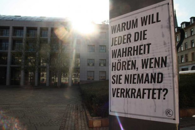 Straßenplakat vorm LVZ-Gebäude 2015. Foto: Ralf Julke