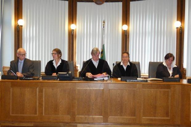 Die 1. Strafkammer unter Vorsitz von Hans Jagenlauf (M.) hatte eine schwierige Entscheidung zwischen dem menschlichen und juristischen Problemfeld zu treffen. Foto: Lucas Böhme