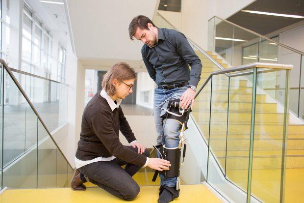 Felix Weiske (links) und Max Böhme beim Testen des Exoskeletts in der HTWK Leipzig. Mit der Ausstellung erhoffen Sie sich Feedback von Senioren und Technikskeptikern. Foto: HTWK