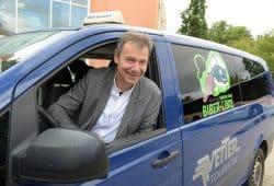 Nordsachsens Landrat Kai Emanuel nahm am Freitag (16.08.19) gleich selbst das Lenkrad in die Hand und präsentierte Medienvertretern die neue Biber-Rufbus-Linie. Foto: Landratsamt/Bley