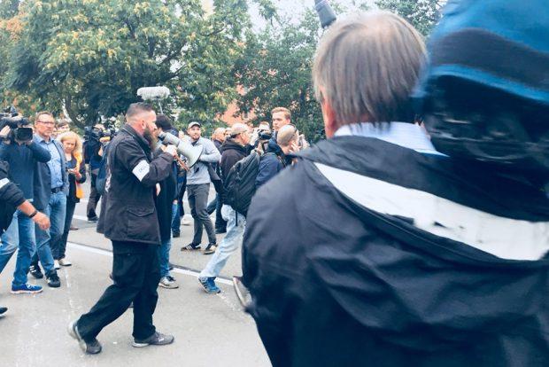 Und schreit per Megphone die Pressevertreter an. Foto: L-IZ.de
