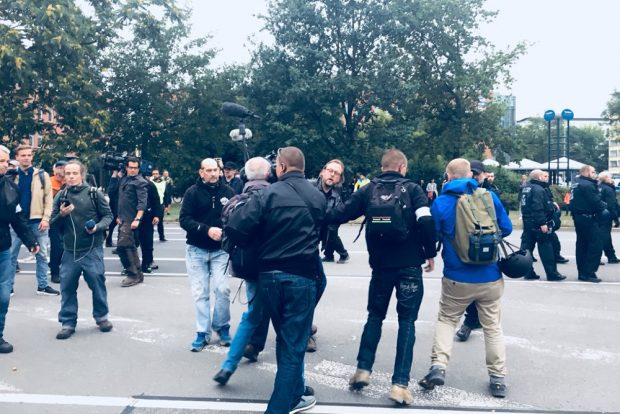 Die Presse anschließend im Fokus von Demonstrationsteilnehmern. Foto: L-IZ.de