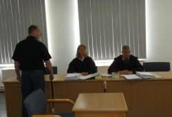 Noch Stadtrat Enrico Böhm (Ex-NPD, 36, l.) schirmt seine mitangeklagte Freundin Annemarie K. im Gerichtssaal ab. Foto: Lucas Böhme