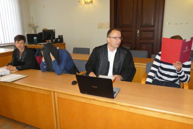 Wollen nicht erkannt werden: Martin K. (27, l.) und Dennis W. (27) mit ihren Verteidigern Katrin Stärk und Veiko Rabe. Foto: Lucas Böhme