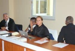 Tim Z. (30, 2.v.l.) und Silvio P. (32, r.) vor Verhandlungsbeginn mit ihren Anwälten. Foto: Lucas Böhme