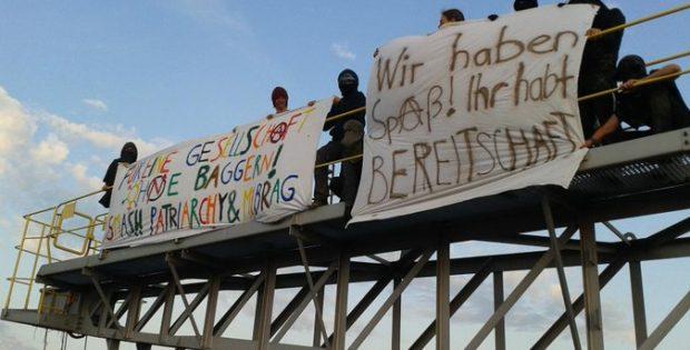 Aktivisten besetzen einen Bagger im Tagebau Vereinigtes Schleenhain. Foto: Klimacamp Leipziger Land
