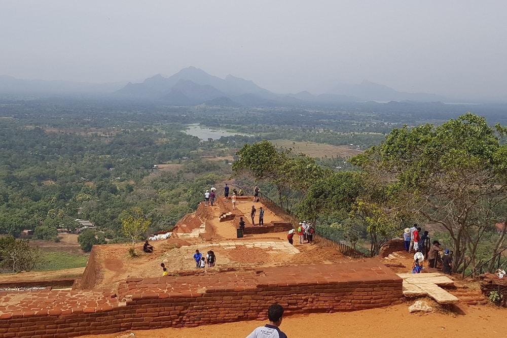 Blick von der Festung auf dem 200 Meter hohen Sigiriya-Felsen hinunter ins Tal. © Sascha Bethe